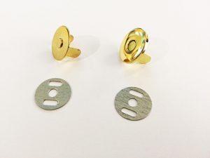 Bestandteile eines Magnetverschlusses.: Verschluss, Gegenstück, Befestigungsplatten