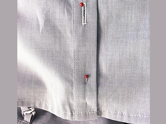 Stelle des Knopfes und Einstichlöcher mit Stecknadeln markieren.