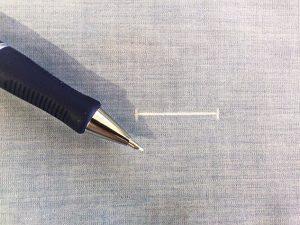 Markiere deine Knopflochlänge und Knopflochposition auf der rechten Stoffseite.