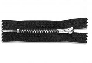 Der gezahnte Metallreißverschluss in silber schwarz zur Veranschaulichung. Sieht edel und sportlich zu gleich aus