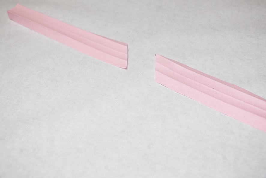 Schrägbänder liegen auf dem Tisch