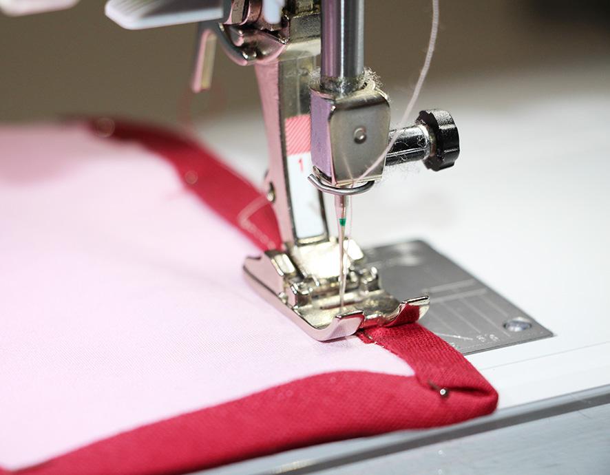 Schrägband unter der Nähmaschine festgenäht