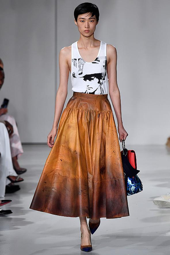 In diesem Look wird die jahrelange Arbeit von Raf Simons von Dior sichtbar. Ausgestellt Röcke, klare Silhouetten.