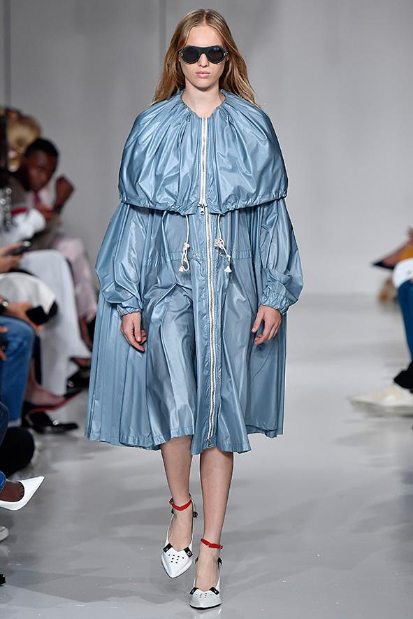 Calvin Klein Regenmantel in babyblau, inspiriert von dem Horrorfilm »Rosemary's Baby« (1968) und angelehnt an den Look von Mia Farrow.