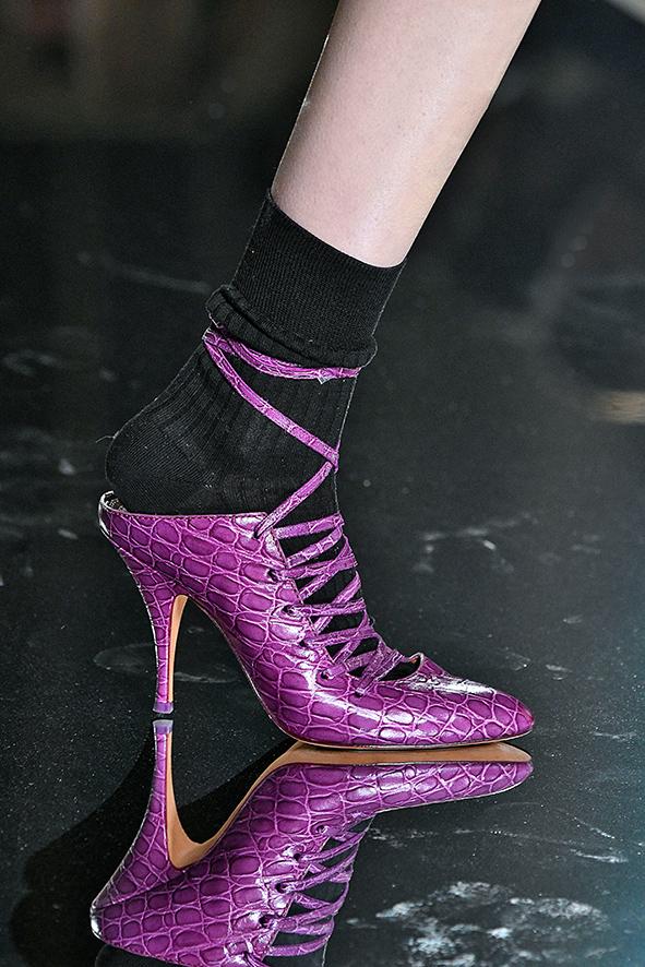 Auf dem Runway präsentiert Givenchy violette Schuhe mit Fischleder.