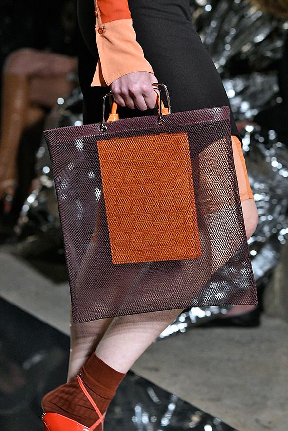 Auf dem Runway präsentiert Givenchy eine Tasche mit Fischleder-Detail.