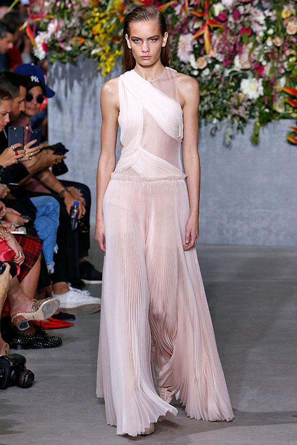 Wunderschönes, bodenlanges Kleid aus der Jason Wu Kollektion Frühjahr/Sommer 2018. Transparentes, leichtes Material in einem zarten rosé Ton verzaubert mit einer ungewöhnlichen Leichtigkeit.