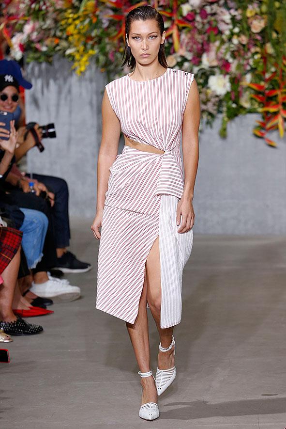 Laufsteg Look von Jason Wu F/S 2018. Inspiriert von Madame Gras, einer französischen Designerin. Das Kleid zeichnet sich durch asymmetrischer Drapage und Cut-Outs aus.