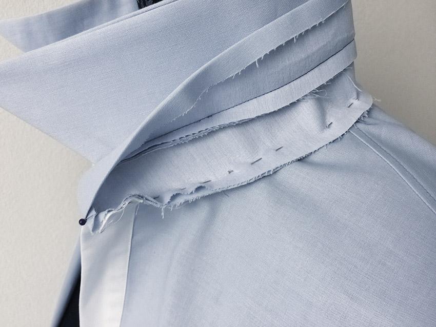 Der Steg wird rechts auf links an den Halsausschnitt festgesteckt.
