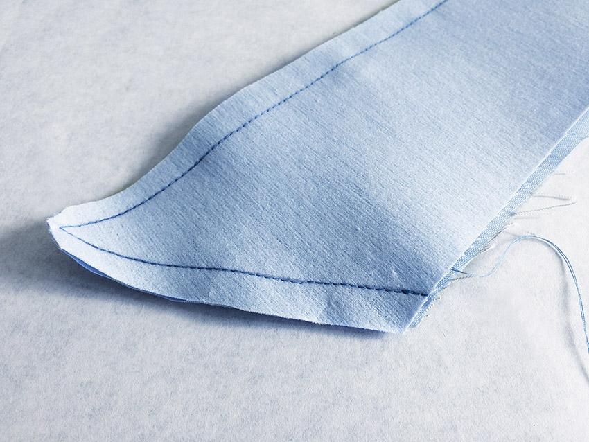 Die Nahtzugabe der Kragenspitze wird zurückgeschnitten, sodass so wenig Stoff wie möglich innen liegt.
