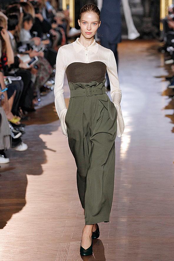 Runway Look 2015 mit natürlichen Farben, hochgeschnittener weiter Hose in Kaki und einer braunen Korsage über einer Bluse getragen.