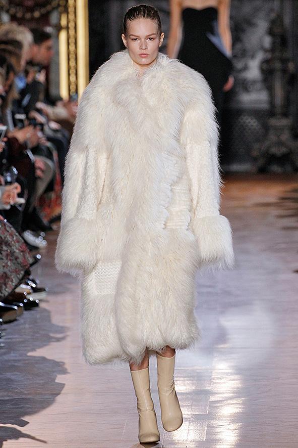Stella McCartney präsentiert in ihrer Herbst/Winter Kollektion 2015 einen cremefarbenen Fake-Fur Mantel.