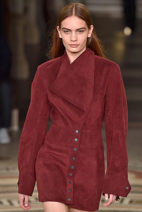 Weinrotes, langärmliges Lederkleid aus der Herbst/Winter Kollektion 2017 von Stella McCartney.