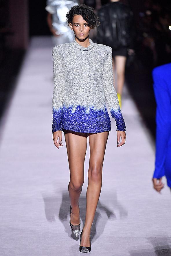 Kurzes, glitzerndes Paillettenkleid mit betonten Schultern aus der Frühjahr-/Sommerkollektion von Tom Ford.