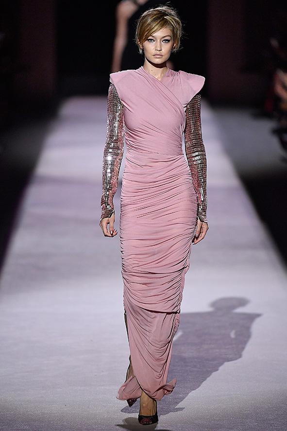 Rosafarbenes Bodenlanges Kleid mit metallisches glänzenden Ärmeln von Tom Ford aus der Frühjahr/Sommerkollektion 2018.