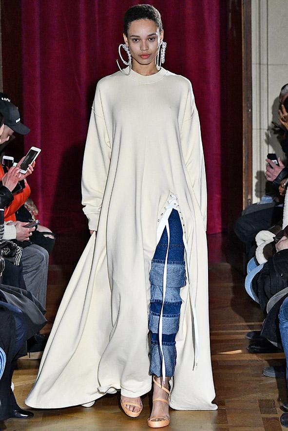 Y Project kombiniert ein Pullover-Maxikleid mit Schlitz mit einer Jeans.