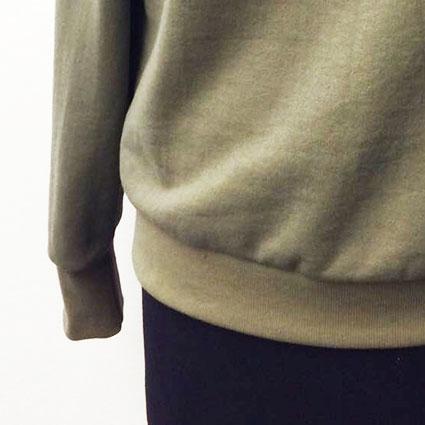Das fertig angenähte Bündchen ist an dem Pullover genäht.