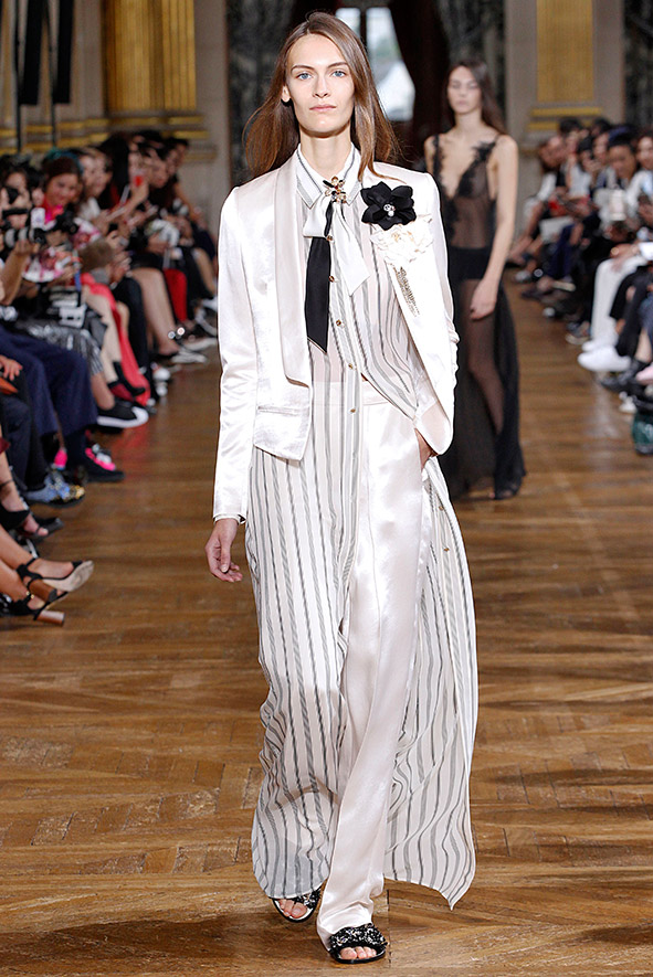 Paris Fashionweek bei der Frühjahr-/Sommerkollektion 2017 von Lanvin wurde ein Anzug aus Satin, kombiniert mit einem bodenlangen, transparentem Hemdkleid von Bouchra Jarrar präsentiert.