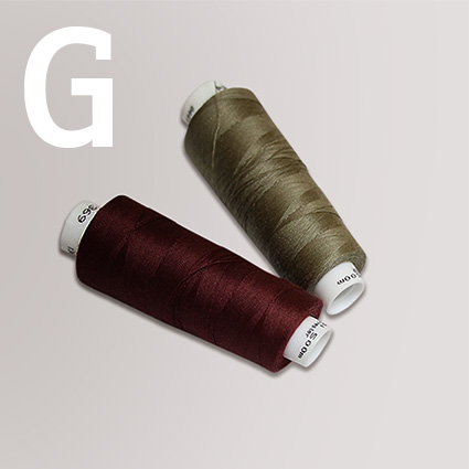 Zwei Garnrollen aus Polyester sind abgebildet.