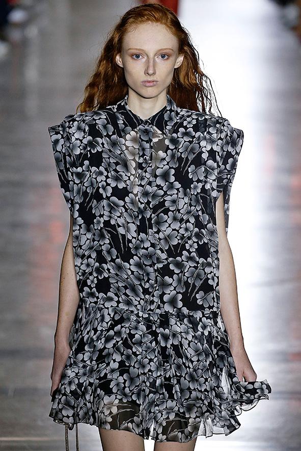 Givenchy Model präsentiert auf der Fashionweek ein Kleid mit Blumenmuster in schwarz-weiß.