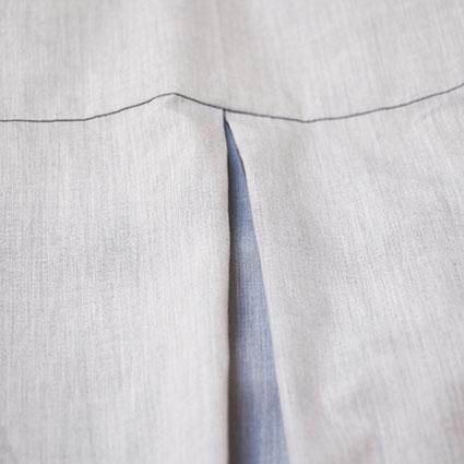 In das Rückteil eines Hemdes ist eine Kellerfalte eingenäht.