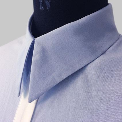 Ein Hemd mit einem Kentkragen ist auf eine Büste gezogen.