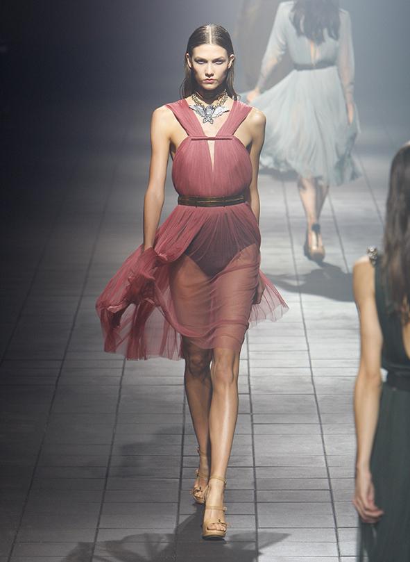 Laufstegphoto der Fashionweek Paris 2012. Gezeigt wird ein transparentes Kleid von Lanvin von Albert Elbaz.