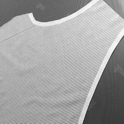 Das Linierband ist an Ausschnitt und Armloch gebügelt.