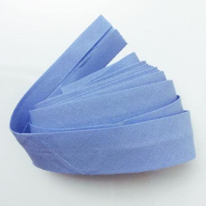 Blaues Schrägband zu einer Rolle gewickelt ist zu sehen.