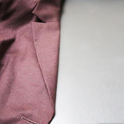 Ein Reverskragen eines Blazers ist zu sehen.