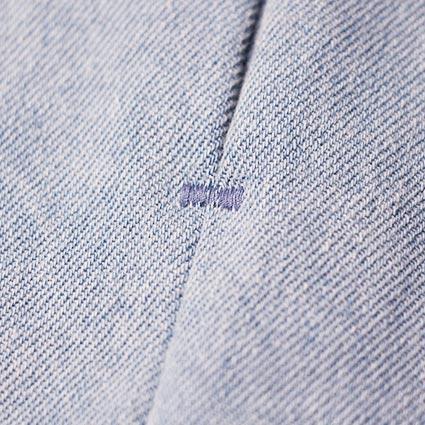 Ein Riegel am Ende einer Nahttasche ist eingenäht.