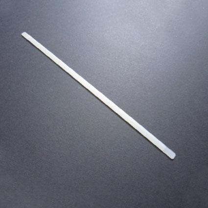 Ein Stäbchen für BH oder Mieder liegt auf dem Tisch.