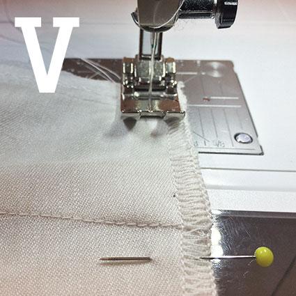 Die Nähnadel der Nähmaschine sticht in den Stoff und verriegelt die Naht.