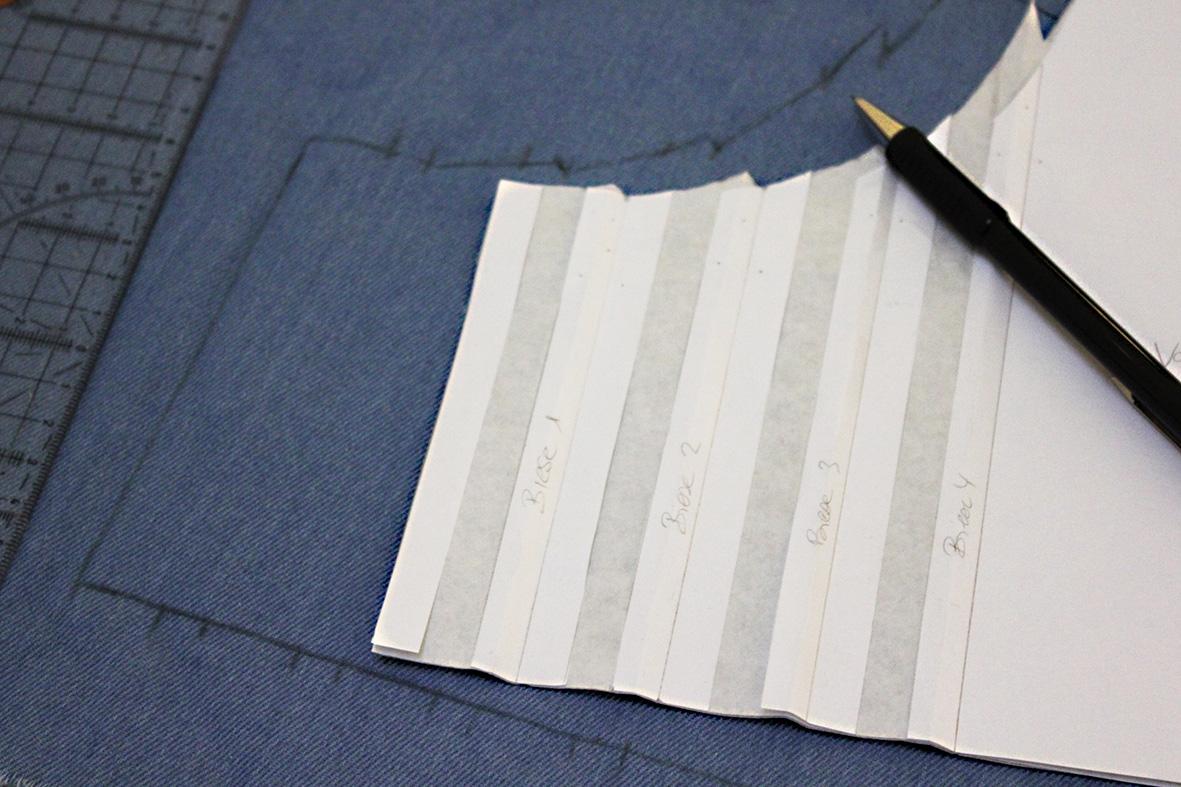 Das Schnittmuster mit den Biesen wurde auf den Stoff übertragen.
